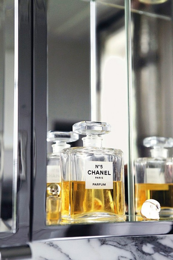 Kate-Moss-Chanel5-Vogue-27Jan15-Mike-Trow_b_592x888-572x858