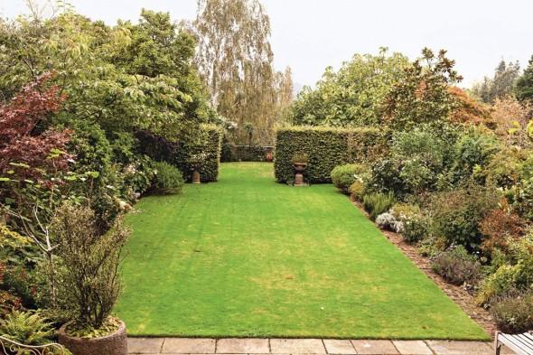 Kate-Moss-garden-Vogue-27Jan15-Mike-Trow_b_1080x720-590x393