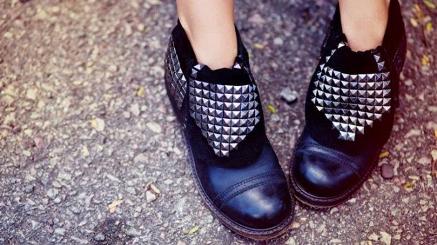 botas-senhora-com-tachas-prateadas